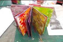 Workshop Miranda van den Bosch - 7 mei 2016 / Op 7 mei 2016 gaf Miranda van den Bosch een workshop met verf, stencils en de gelli plate. Met de achtergronden hebben we zelf een boekje gemaakt.