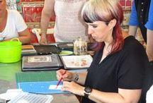 Workshop 20 augustus 2016 - Miranda van den Bosch / Op 20 augustus 2016 gaf Miranda van den Bosch een workshop met kleurpotloden. Hoe maak je mooie overgangen en hoe werkt het op verschillende soorten papier.