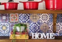 Adesivo Azulejo / Os adesivos de azulejos são uma ótima opção para você decorar a sua cozinha. São fáceis de aplicar e não fazem sujeira. Pode ser aplicado em qualquer superfície limpa e lisa, inclusive em cima do seu azulejo antigo.