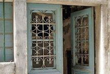 < Doors >
