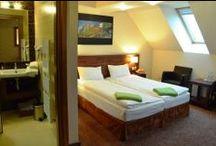 Hotel / Zapraszamy serdecznie do naszego *** hotelu w Chochołowym Dworze. Hotel spełnia wysokie standardy, zapewniając ciepłą atmosferę oraz profesjonalną obsługę. Dysponujemy 31 pokojami hotelowymi, które tworzą bazę noclegową dla około 100 gości. //  We cordially invite you to our hotel *** Chochołowy Manor. The hotel meets high standards, providing a warm atmosphere and professional service. We have 32 hotel rooms that make up the accommodation for about 100 guests.