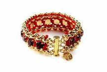 Autorské šperky & Móda /  V nabídce DioArt představujeme unikáty šperkařství i módy určené pro náročnou klientelu. Láska k jemné okázalosti se promítá v různorodých kolekcích, z nichž každá oplývá osobitým kouzlem.