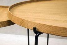 Triplo™ - designet af Gry Holmskov / Triplo er det første resultat af samarbejdet mellem Gry Holmskov og Nicolaj Bo. Selve bordpladen er udarbejdet i massiv egetræ og den minimalistiske stålramme understøtter det ellers kraftige design. Dette skaber et robust bakkebord i en skarp og elegant profil.