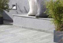 Skifer & Naturstein / Norsk skifer og naturstein fra Modena Fliser er av aller beste kvalitet og passer perfekt i utemiljøer. Den er robust og står seg mot regn, saltvann, snø, varme, kulde, sol og forurensning. Med naturoverflate har skifer en stor grad av sklisikkerhet, noe som gjør den velegnet til gulv og trapper, mens den med finslipt overflate passer godt til benkeplater på kjøkkenet og lettstelte arealer, uten krav til stor sklisikkerhet.