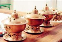 Hot Pot / Ho's Food tekee Hot Potin perinteitä kunnioittaen. Ho's foodissa sinulla on mahdollisuus nauttia hot pot -ateriasta yksin tai seurassa. Se on kiinalainen ateria, jonka aineksia asiakas pääsee itse kypsentämään pöydässä fonduen tapaan, jutustelun, ilonpidon ja yhdessäolon lomassa. Samalla koet käytännössä kiinalaisen keittiön tunnelmaa!