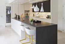 Keukens | Hoog.design / In de luxe keukens is er de mogelijkheid om gezellig met heerlijke hapjes met z'n allen samen te zitten. In deze ruimte vindt ook een de bereiding daarvan plaats. Al het eten dat dagelijks in onze maag gaat, start in de keuken met de voorbereiding. Om ervoor te zorgen dat alles goed smaakt, worden er dagelijks veel uren besteedt in de keuken. Daarom is het juist zo fijn als de keuken geheel voldoet aan de persoonlijke wensen.