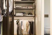 Garderobekamer | Hoog.design / Een garderobekamer is een handige ruimte waar u al uw kleding en accessoires op een overzichtelijke manier kunt opbergen. Kleuren en materialen bepalen een groot gedeelte van de sfeer en uitstraling van de ruimte. Ook is het mogelijk om te kiezen voor gesloten kasten of voor open rekken waar de kleding aan hangt. Daarnaast is het van belang dat u nadenkt over hoeveel ruimte u ter beschikking heeft voor uw garderobekamer. U wilt natuurlijk de ruimte zo maximaal mogelijk benutten.