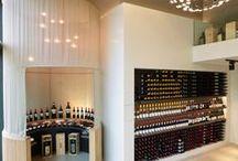 Wijnkelder | Hoog.design / Voor de wijnliefhebber kan een eigen luxe wijnkelder onder het huis niet ontbreken. Ieder wijnmoment wordt extra speciaal wanneer u een mooie wijn kunt uitkiezen in uw eigen wijnkelder. Een wijnkelder inrichten is niet eenvoudig. Vaak is er maar een beperkte ruimte beschikbaar om een wijnkelder te realiseren. De kunst is om het optimale uit deze ruimte te halen en een beleving te creëren waar u kunt genieten van de meest heerlijke wijnen.