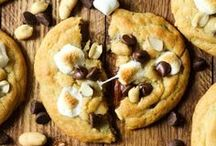 Home - Cookies Makes & Bakes / cookies, cookie recipes, cookie decorating, cookie inspiration, chochoalte chip cookies, peanut butter cookies, sugar cookies