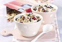 Porridge & Overnight Oats / Im 18. Jahrhundert erschienen erstmals Rezepte für Porridge in englischen Kochbüchern. Arme Leute gaben diesem Gericht mit Butter sowie Pfeffer Geschmack und servierten es täglich zu jeder Mahlzeit. Verfeinert mit Wein, Sherry oder getrockneten Früchten war der Porridge ein Genuss für die Reichen. Auch heutzutage gibt es nichts Leichteres und Leckeres als eine Portion Porridge am Tag!  Probiert es aus!