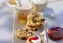 Hafer & Honig / Köllnflocken und Honig: Das passt einfach perfekt zusammen. Denn die einzigartigen Köllnflocken verleihen allen Köstlichkeiten ein feines nussiges Aroma und sind zudem ein ideales Bindemittel für Teige. Die Speisen halten gut zusammen, bleiben aber locker und saftig. Die vielseitigen Honige von Breitsamer versüßen Gebäck und Müsli und verleihen auch herzhaften Leckereien eine besondere Note.