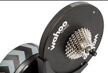 Fahrrad & Radsport Training / Fahrradtraining auf neuem Niveau: Mit dem Wahoo KiCKR - Indoor Bike Trainer  Echtes Straßenfeeling Das Schwungrad sorgt für ein authentisches Straßenfeeling.  Exakte Leistungsüberwachung Die direkte Kraftmessung erfolgt an der Nabe, damit Sie auf jedem anstrengenden Kilometer über einheitliche und kalibrierte Daten verfügen.  Flexibel und tragbar Dank seines flexiblen Designs eignet sich der Trainer für die meisten Fahrräder und lässt sich ganz einfach zusammenklappen und mitnehmen.