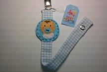 Chupeteros / Cumplimos la norma europea UNE EN 12586-2008, la cinta del chupetero no tiene más de 22 cm de largo y tiene más de 6 mm de ancho, para garantizar la seguridad del bebé.