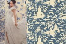 Ceva imprumutat, ceva albastru / Cine credeti ca a imprumutat tapetul de la Ka International pentru a sublinia frumusetea noilor rochii de mireasa din acest sezon? Nimeni altconeva decat revista Vogue Sposa. Iata ce bine se potriveste rochia de mireasa pe acest fundal cu fluturasi stilizati si langa cel de inspiratie orientala! Iar nuantele de albastru... delicate, discrete, romantice. Albastrul este o culoare potrivita si pentru detaliile rochiei de mireasa, dar si pentru decoratiunile din locuinta ta.