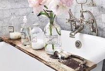 Für Kultige / Hohe Decken, warme Farbtöne, verspieltes Design mit einem Hauch Vintage - das ist wahre Altbau-Romantik! So wunderbar sehen Badezimmer in diesem Stil aus.