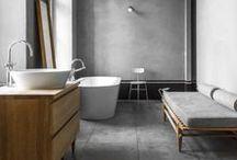 Für Gentlemen / Der moderne Mann wohnt exklusiv und bevorzugt dunkle Farben, die seine Stärke widerspiegeln. Im Badezimmer schafft der Style einen anmutenden Kontrast zwischen weißer Keramik und den starken Tönen.