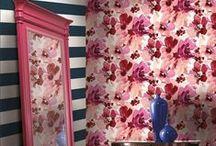 AQUARELLA By Stacy Garcia / Acest tapet frumos ca o acuarela, cu desene florale supradimensionate, pe un fundal cand mat, cand sidefat va fi vedeta ambientului in care va fi folosit. Nu vei stii ce varianta sa alegi din cele sase disponibile.