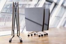 Mesa plegable Confair / Diseño: Andreas Störiko. Dinámica. Ahorro de espacio. Magníficamente diseñada. EI intercambio de escritorio, el trabajo flexible en equipo y la integración a corto plazo de personal independiente en grupos de proyectos se ha convertido en una parte integral de la rutina de trabajo diario. Ya es hora de que esto también se vea reflejado en el ambiente de trabajo.