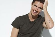 Robbie Amell / Along with his sister, Robbie Amell started acting when he was just 6 years old. At 16, he started to land theater roles at Lawrence Park Stage in plays such as Louis and Dave, Picasso at the Lapin Agile and The Importance of Being Earnest. The experience brought Robbie to realize that he wanted to pursue a career in acting.