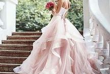 Romantische Hochzeit / Wenn ihr Rosen, Kerzenschein und freie Natur mögt, ist eine klassisch-elegante Hochzeit im romantischen Stil genau das Richtige für euch. Lasst euch inspirieren!