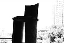 """Drum / La poltrona """"Drum"""" nasce dall'idea di piegare un foglio di multistrato di betulla, tagliato e curvato a caldo, formando così la struttura di questo piccolo """"tamburo"""". A completare il foglio curvato vi è un disco che va a chiudere il foglio e a creare la seduta. La sua origine cosí semplice genera un volume insospettabile, pieno ed elegante. E' prodotto in multistrato di betulla a vista o con rivestimento in pelle o in tessuto di velluto."""