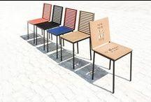Mark / La sedia Mark si stacca dalla collezione Tanit e ne utilizza solamente la struttura, essenziale per forma e peso. La struttura della serie viene utilizzata come base per ospitare due pannelli di seduta e schienale forati attraverso un pantografo con la possibilità di scrivere ciò che più si desidera. C'è la possibilità di scrivere sullo schienale, sul sedile o su entrambi. I pannelli sono in multistrato di betulla o altra essenza lignea.