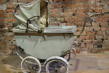 Vintage kinderwagens en poppenwagens en wiegen