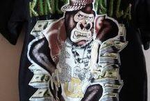 """Bombastické tričko s opicí / Bombastické tričko pro Teenegry vel.M .zn Ambigudous M)Bombastické triko pro Teenegry s """"hustou! opicí a zdobenou kamínky. Délka 70cm, přes prsa 2x 54cm, kvalitní 100% bavlna.Doporučuji*Dovoz USA Cena 170kč"""
