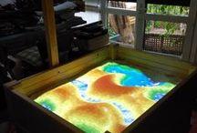 AR Sandbox, Mapa topográfico interactivo / AR Sandbox es un proyecto de HW abierto desarrollado por Oliver Kreylos y su equipo en la univ. Davis, California. Ello ha permitido la creación de una pequeña comunidad de desarrollo en la que me incluyo. En este tablero os presento fotos del equipo, posibilidades que ofrece, etc