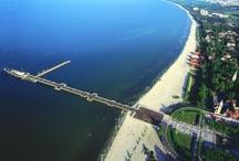 Sopot / Mitt på stranden i Sopot finns Europas längsta träpir (511,5 m), en populär destination för promenader och gatufester samt småbåtshamn. Genom installerade på piren tubkikarna kan man beundra havsutsikt med båtarna, Westerplatte, Gdansk, Sopot och Gdynia och vid soligt väder även Hel halvön. Härifrån kan man också betrakta olika slags tävlingar i Gdansk-bukten.  http://www.polen.travel/sv/pomorskie-regionen/sopot-kurort-med-polens-langsta-trabrygga