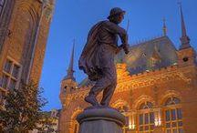 Torun / Här föddes Nicolaus Copernicus. Staden ligger på floden Wislas stränder och har Polens största samling av gotikbyggnader. Gamla staden med den ursprungliga medeltida stadsplanen finns upptagen på Unescos lista över världskulturarv. http://www.polen.travel/sv/stader-och-stadslivet/torun