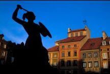 Warszawa / Warszawa har alltid varit en spännande och livlig stad. Hur historiens vindar än blåst så har staden alltid haft de för europeiska huvudstäder karakteristiska dragen. Warszawas särdrag består av en ungdomsanda som präglat staden under alla sekel. Staden är en blandning av gammalt och nytt, både i andlig mening och i utseende - gamla traditioner värderas högt men samtidigt sker en snabb utveckling.  http://www.polen.travel/sv/warszawa/