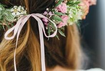 Flower Crowns / Blumenkränze oder auch Flowercrowns in traumhaften Varianten. Ob filigran, verspielt oder elegant und pompös - Ein Blumenkranz sieht zu vielen Anlässen, wie Festivals, Geburtstage oder Hochzeiten immer toll aus! Wiesenblumen, Rosen, Schleierkraut, Gänseblümchen...einfach ausprobieren und selbermachen. Viel Spaß!