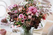 """Indian Summer / Der Herbst wird auch """"Die leuchtende Jahreszeit"""" genannt. Rosen, Chrysanthemen, Gerbera, Dahlien, Beeren und Co. erleuchten in den Farben Gelb, Orange und Rot. Herbstlaub und kürzere Tage läuten langsam den Winter ein. Holen Sie sich farbenfrohe Blumensträuße und schöne Herbst-Dekoration in Ihr Zuhause oder verschenken Sie bunte Herbstgrüße!"""