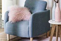 """Déco scandinave / La tendance """"nordique"""" se confirme en s'installant durablement dans l'univers de la maison contemporaine. Elle s'impose et nous propose une écriture nouvelle du design. Harmonie parfaite du bois et du blanc, simplicité des motifs et des matériaux,  meuble de rangement modulaire, esprit graphique décliné dans une gamme de couleurs pastels. Le style minimaliste est confortable et profondément convivial."""