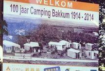 Bakkum 100 jaar / In 2014 werd er 100 jaar gekampeerd op 'Bakkum'. Vele generaties hebben hier hun vakanties doorgebracht. Duizenden gezinnen ontvluchtten de stad, hun kleine bovenwoning en kampeerden hier middenin de natuur.