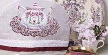 Tendance classique / Atemporelle, élégante, c'est une collection qui privilégie les matières nobles et le lin.  Motifs classiques emplis d'une belle facture, couleurs raffinées, le style maison de famille se joue des modes et s'inscrit dans le patrimoine français.