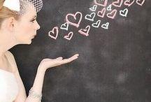 Esküvői táblák/Wedding chalkboard / Fantasztikus hangulatot tud teremteni egy-két kézzal írt tábla az esküvőn, legyen rajta akár az esküvői menü, akár a program. Lehet díszesebb, vagy egyszerűbb, mindenképpen személyesebbé teszi a nagy napot. #esküvőitábla #esküvő #weddingchalkboard