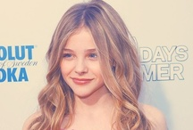 Chloë Grace Moretz / @ChloeGMoretz /  (born February 10, 1997  Atlanta, Georgia, Estados Unidos) is an American actress. She began her acting career at the age of seven and has appeared in films such as The Amityville Horror (2005), (500) Days of Summer (2009), Diary of a Wimpy Kid (2010), Kick-Ass (2010), Let Me In (2010), Hugo (2011), and Dark Shadows (2012).