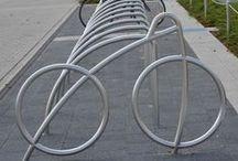 Design-Fahrradparker / Unsere Fahrradparker sind aus feuerverzinktem Stahlrohr oder glasgeperltem Edelstahl gefertigt. Wahlweise kann die Befestigung mittels Audübeln oder Einbetonieren erfolgen und bietet damit optimale Stabilität und Sicherheit.