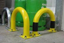 Rammschutzbügel / Unsere Rammschutzbügel schützen Inventar (z.B. Regale) und Materialien in Unternehmen vor Schäden durch Anfahren.