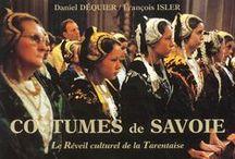 LES COSTUMES TRADIONNELS DE SAVOIE / Le costume savoyard se compose pour la femme d'une robe en drap de laine, d'une chemise, d'un châle, d'un bonnet et d'un tablier. Le costume masculin est beaucoup plus simple : un pantalon, une blouse, une veste en drap de laine et un chapeau en feutre noir. Chaque village cherchait à se distinguer par sa coiffe, ses broderies … Chaque territoire de Savoie et de Haute-Savoie a donc son costume : les Arves, le Val d'Arly, la Tarentaise, le Chablais, les Bauges, la Maurienne …