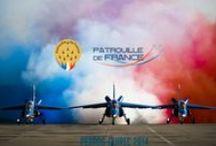 LA PATROUILLE DE FRANCE / La Patrouille de France (PAF pour Patrouille acrobatique de France) est la patrouille acrobatique officielle de l'Armée de l'air française créée en 1953. Avec l'Équipe de voltige de l'armée de l'air, sa mission est de représenter l'armée de l'air, et d'être l'ambassadrice de l'aéronautique française à l'étranger.  Stationnée sur la base aérienne 701 de Salon-de-Provence, elle est considérée comme l'une des meilleures formations acrobatiques au monde. Composée de 9 pilotes et de 35 mécaniciens