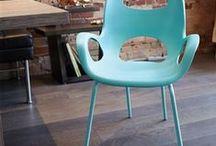 Stoelen / gekleurde stapel stoelen