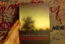 Winterblut / Der junge Journalist William ist auf der Suche: Nach der Wahrheit über seinen unbekannten Vater, nach den Ursachen für die Geisteskrankheit seiner Mutter, und schließlich sogar nach seinem plötzlich verschwundenen Lebensgefährten.