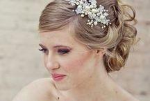 Beauté de la mariée / Tableau relatif au maquillage et à la coiffure de la mariée. Après le choix de la robe, le soin du visage, le maquillage, la coiffure et même le parfum permettent de mettre pleinement en valeur la mariée. / Nails, braid, contour, hairstyle, nail art, wedding.