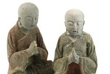 Chinese Buddhas / Chinese Buddhas, depicted in photos or as ornaments in stone, bronze and wood.