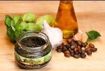 Pesto Verde / Elaborado de forma artesanal con aromática albahaca, esta mezcla de hierbas y leguminosas está listo para usarse sólo o como parte de un platillo, un emparedado o bocadillos gourmet para una ocasión especial.