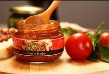 Pesto Rojo / Elaborado de forma artesanal con aromática albahaca, esta mezcla de hierbas y leguminosas está listo para usarse sólo o como parte de un platillo, un emparedado o bocadillos gourmet para una ocasión especial.
