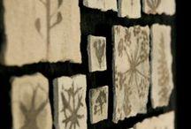 """Impressioni / Nelle """"impressioni"""" l'artista porta all'estremo il concetto di compenetrazione della natura rendendola parte visivamente tangibile all'interno delle opere. Elementi naturali come foglie, rami o anche insetti popolano le superfici come """"fossili delicati"""" che ci consentono di ammirare le creazioni della natura riflettendo, allo stesso tempo, sul concetto di essenziale."""